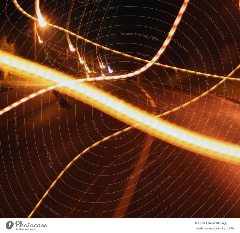Glühwürmchen gelb Pfütze Rücklicht Langzeitbelichtung mehrspurig Bordsteinkante Geschwindigkeitsüberwachung schwarz rot Nacht dunkel Lampe Stern Himmel Schweben
