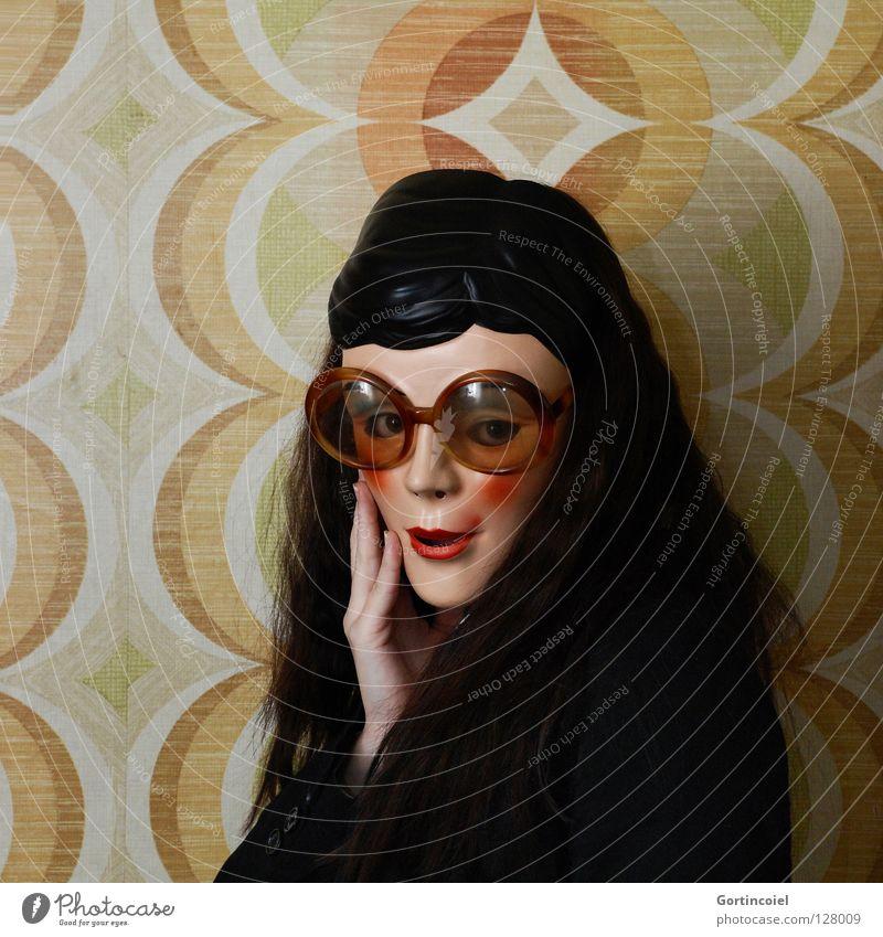 Flirty Wand Frau Brille Siebziger Jahre Hippie Schüchternheit aufreizend Flirten Zwinkern Tapete retro schön Junge Frau Hand Seele schwarz weiß gelb rot braun