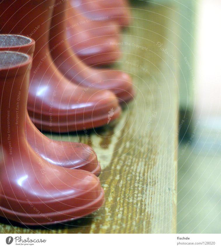 gummistiefeltreffen Stiefel Schuhe dreckig rot Gummi Gummistiefel Bauernhof Schlamm wasserdicht klein Spielen Pfütze Kindergarten Regen schlechtes Wetter Wasser