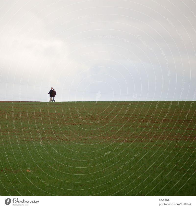 Horizont II Feld wandern Grenze grün grau Frühling Linie Himmel Erde Spaziergang Paar paarweise
