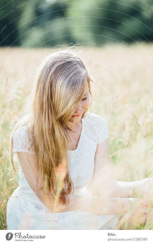 Sommerkind. Mensch Natur Jugendliche Pflanze schön Junge Frau Erholung Landschaft 18-30 Jahre Erwachsene Umwelt natürlich feminin Gesundheit Zufriedenheit