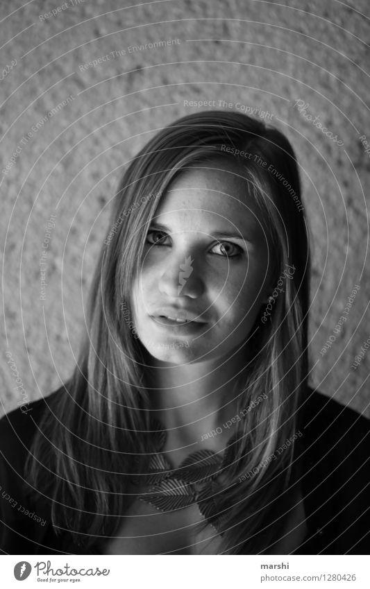 Schatten und Licht Mensch feminin Junge Frau Jugendliche Erwachsene Kopf 1 18-30 Jahre Gefühle Stimmung langhaarig Model Tunnel dunkel grau Ausdruck