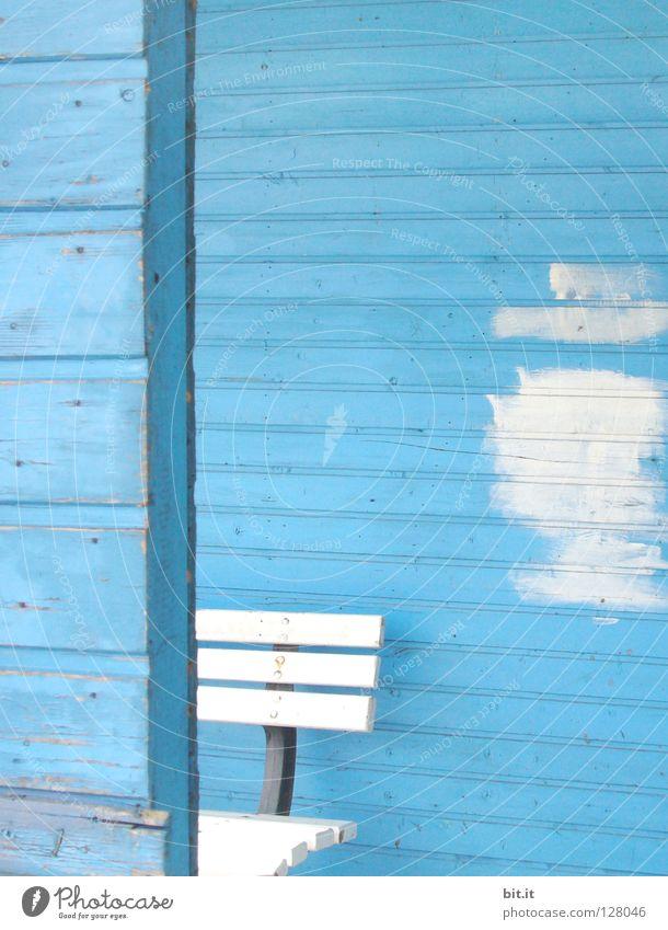 BLAUER MITTWOCH weiß Bank blau Renovieren Bildausschnitt Anschnitt Sanieren Farbfleck Holzwand himmelblau hell-blau Farben und Lacke Anstrich Holzhaus azurblau