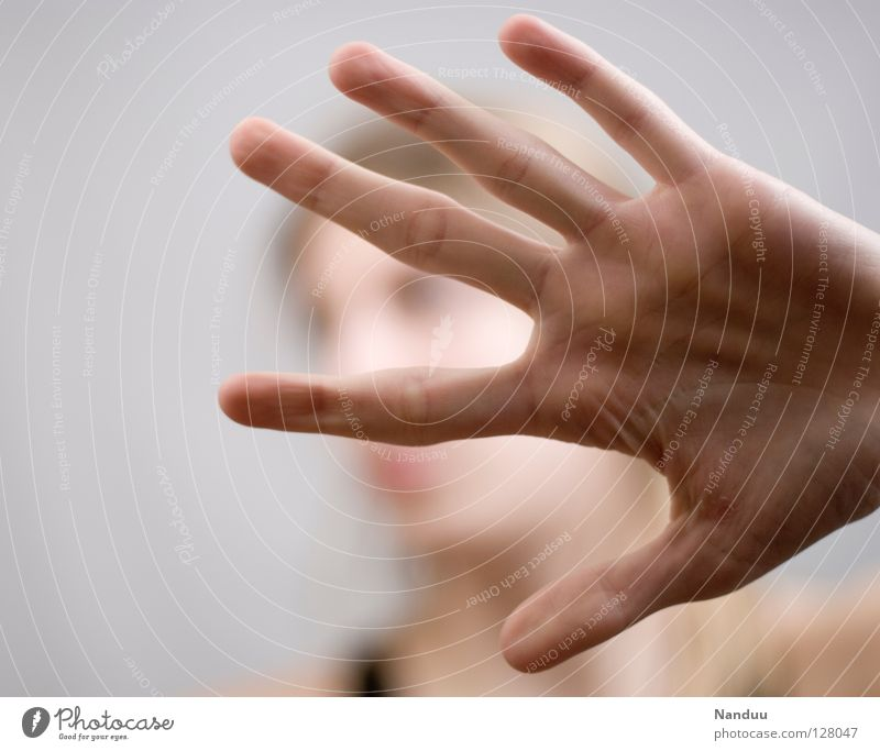Bis hierhin und nicht weiter Hand hell Finger Schutz stoppen verstecken anonym Halt Fotograf Selbstständigkeit Überwachung Versteck Defensive privat spionieren