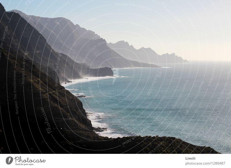 Fels in der Brandung Natur Landschaft Wasser Himmel Sonne Sonnenlicht Sommer Schönes Wetter Felsen Berge u. Gebirge Wellen Küste Bucht Riff Meer Insel Spanien