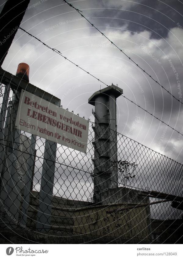 Lockruf alt Einsamkeit Arbeit & Erwerbstätigkeit Schilder & Markierungen Industrie Turm Gesetze und Verordnungen Vergänglichkeit Tor verfallen Zaun Versuch