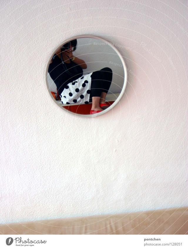 Mode Junge Frau im Rock mit Punkten fotografiert sich im Spiegel. Wohnung rund Wohnzimmer Spiegelbild Wand weiß Bekleidung Stil schwarz beige