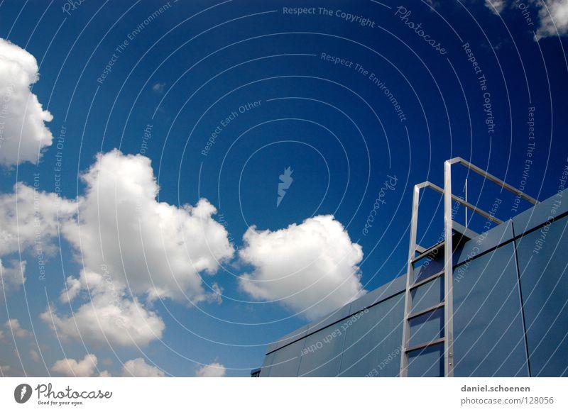 Treppe in den Freiburger Himmel weiß blau Sommer Wolken Metall Wetter Erfolg Dach Leiter Karriere aufsteigen zyan