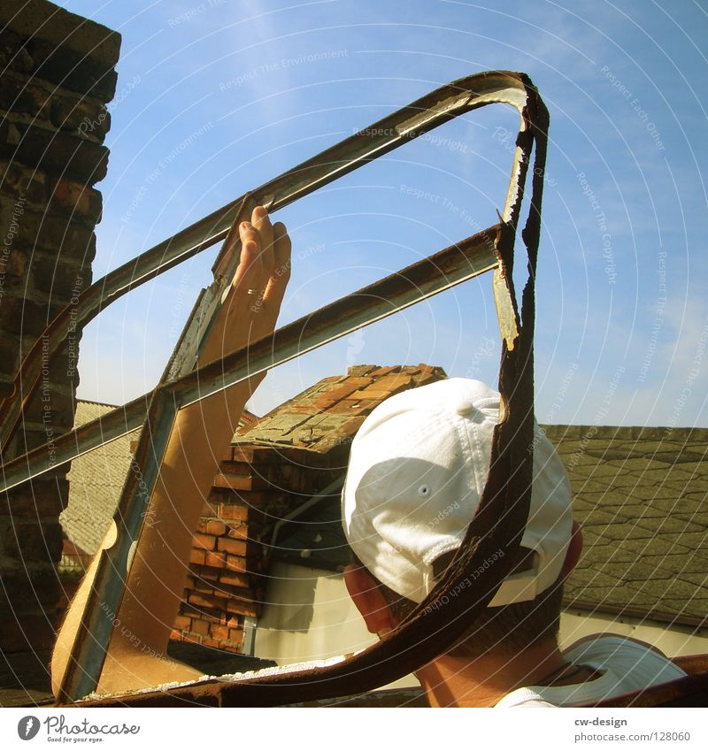 LICHTBLICKER Sommer Dach Dachfenster Aussicht Dachterrasse Mütze weiß sommerlich Halt festhalten Vogelperspektive Freundlichkeit kaputt verfallen Scheune