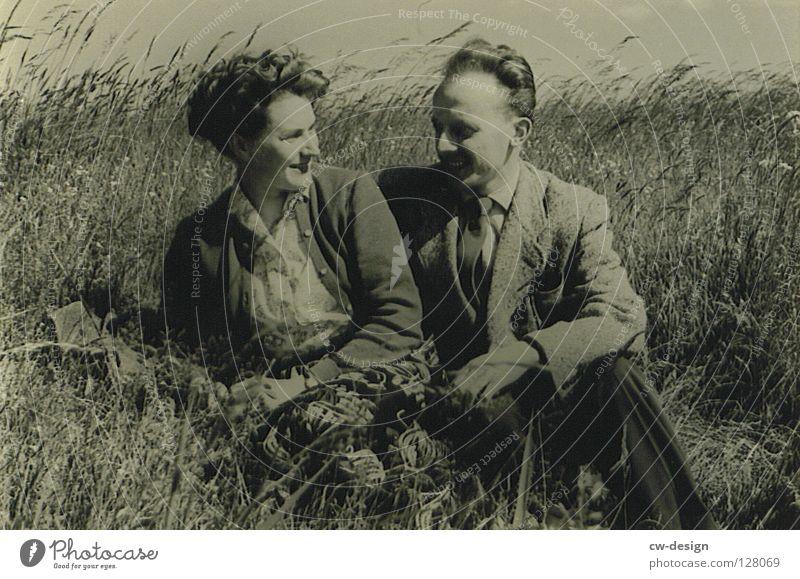 50ies - ZWEISAMKEIT grau weiß schwarz alt Mann Frau Sechziger Jahre Feld Sommer Ehepaar verheiratet Vertrauen Freizeit & Hobby Picknick Mahlzeit