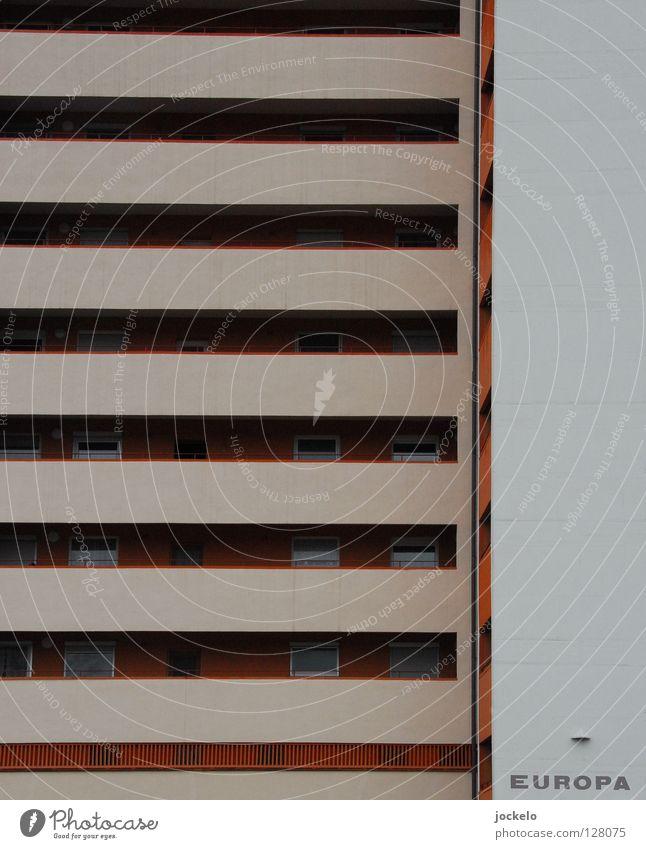 Europa nach DIN 276 Hochhaus grau Beton Balkon Stuttgart Platz Streifen Fenster Eingang Vorderseite Haus trüb Baustelle trist Fasanenhof Linie orange