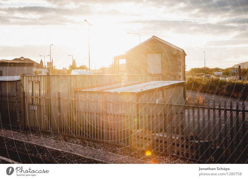 Sommerabend Haus ästhetisch Billig einzigartig Zufriedenheit Lebensfreude Gegenlicht Sonne Blendenfleck blenden Zaun Hütte Bahnhof Wolkenhimmel Abenddämmerung