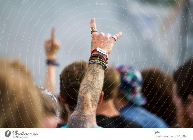 Die Pommesgabel Mann Hand Erwachsene Feste & Feiern maskulin Musik Arme Finger Tattoo Ring Konzert Punk Fan Subkultur Musik hören Geschenkband