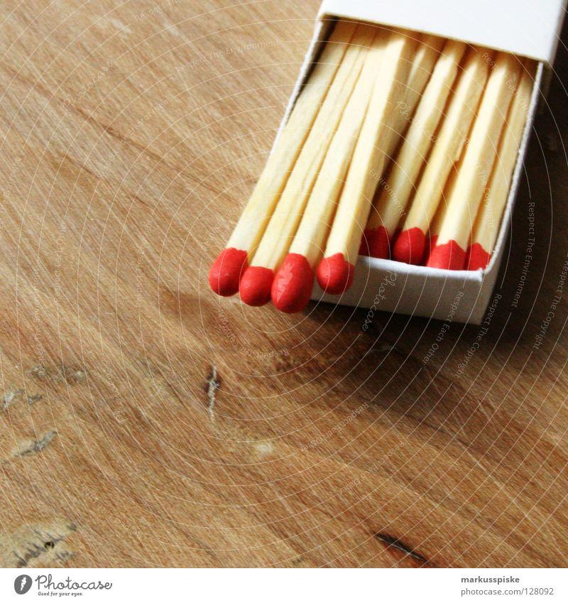 ich zünde nicht rot Holz Brand gefährlich bedrohlich Rauch brennen Flamme Streichholz Schachtel Stab anzünden zündeln