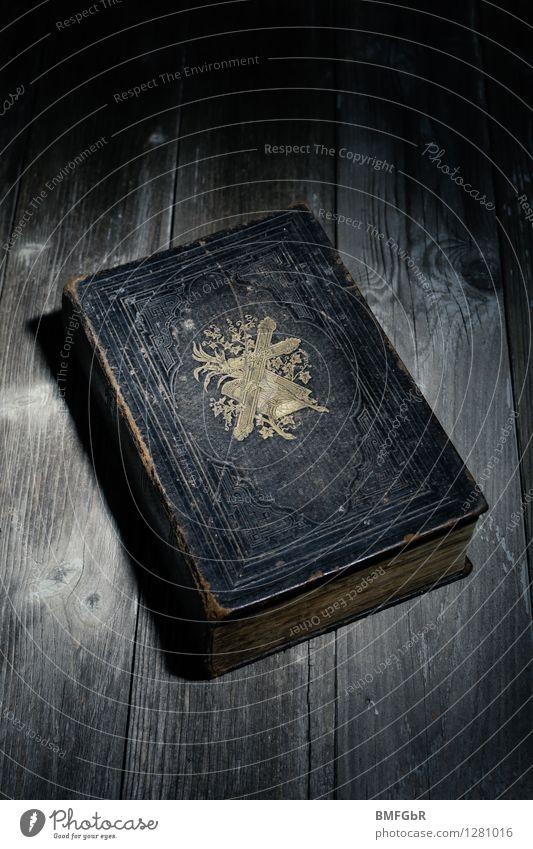 Die Bibel dunkel schwarz Religion & Glaube Kraft authentisch Buch retro Hoffnung Symbole & Metaphern Verstand Vertrauen Tradition gruselig