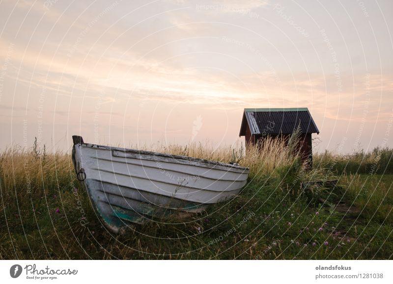 Altes verlassenes Ruderboot Sommer Insel Himmel Gras Küste Ostsee Hütte Wasserfahrzeug alt retro grün rot weiß Verlassen Abenddämmerung farjestaden Boden Land