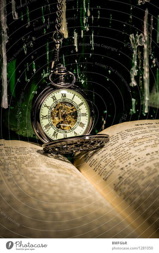 Taschenuhr in vintage grün dunkel schwarz Religion & Glaube Design Uhr Buch Vergänglichkeit retro lesen Wandel & Veränderung Unendlichkeit Vergangenheit Bildung
