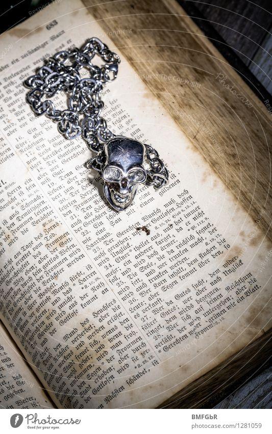 Schwarze Magie alt dunkel schwarz Tod Angst dreckig fantastisch Buch retro Zukunftsangst Glaube gruselig Verzweiflung Aggression Silber Zauberei u. Magie
