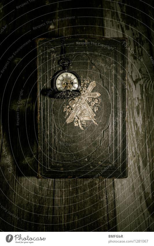Die Zeit läuft ab alt dunkel schwarz Tod Uhr Studium bedrohlich Vergänglichkeit retro Trauer Glaube gruselig Stress Gesellschaft (Soziologie) Kreuz altehrwürdig
