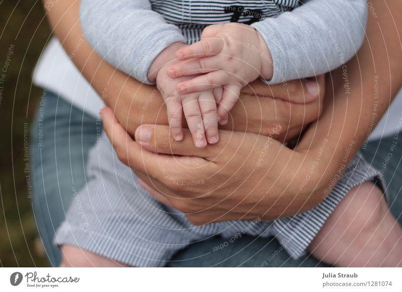 festhalten Kleinkind Frau Erwachsene Mutter Kindheit Hand Finger 2 Mensch 0-12 Monate Baby 30-45 Jahre Latzhose klein natürlich blau braun Vertrauen Sicherheit