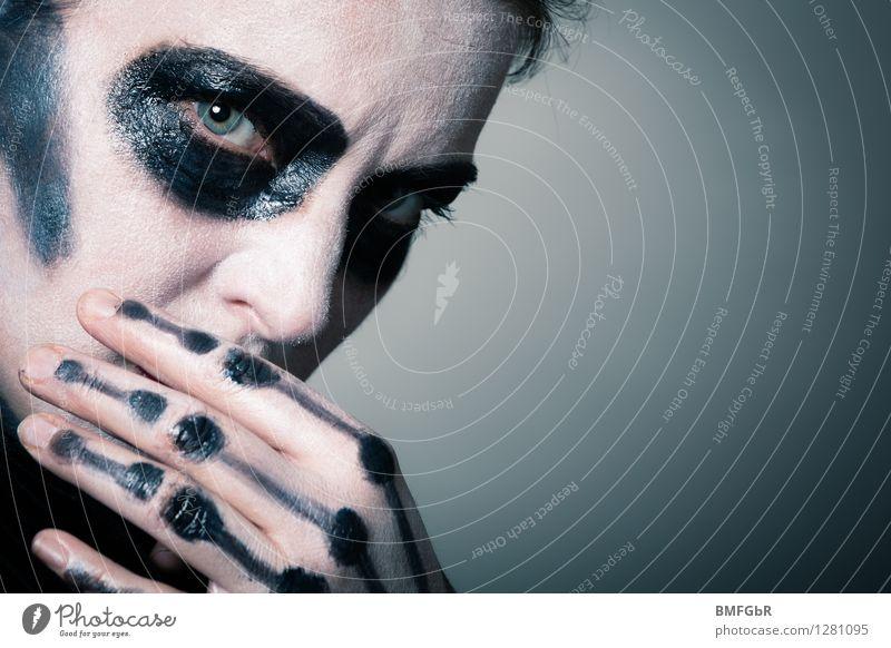 Tod oder Leben? Schminke Halloween Frau Erwachsene beobachten Denken Blick gruselig Coolness Macht Glaube Sorge Appetit & Hunger Einsamkeit schuldig Scham Reue