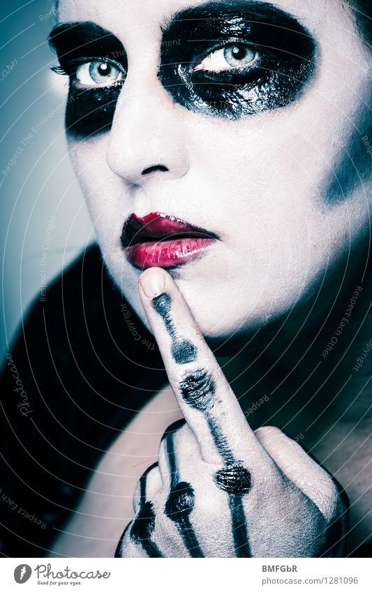 Zombie Frau Schminke Halloween feminin Erwachsene Hand Finger 1 Mensch 30-45 Jahre Zeichen rote Lippen beobachten Denken Blick außergewöhnlich bedrohlich dunkel