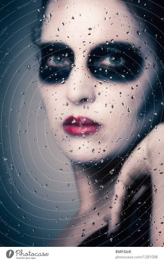 Hinter Glas Frau Fenster Erwachsene Regen Angst nass Maske gruselig verstecken Geister u. Gespenster Verzweiflung Schminke böse Halloween Fantasygeschichte