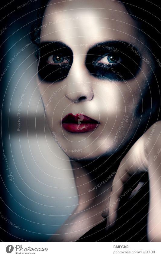 Geschminkte Frau blickt aus Fenster im Schatten Schminke Halloween Mensch Erwachsene 1 gruselig Traurigkeit Trauer Tod schuldig Scham Reue Angst gefährlich