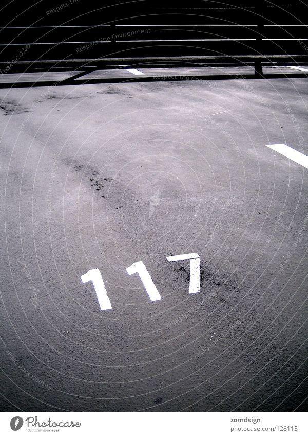 Parkplatz 117 Sonne Straße Park Beton Verkehr leer Ziffern & Zahlen Asphalt heiß Zeichen Verkehrswege Parkplatz parken Garage Parkhaus Lücke