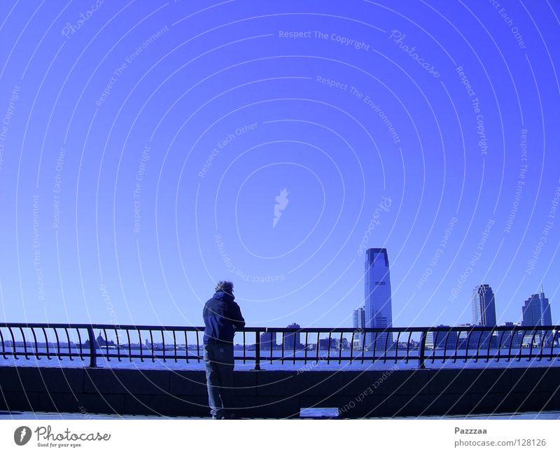 Hudson River View blau Stadt ruhig Einsamkeit Ferne Küste Hochhaus Schönes Wetter New York City einzeln Blauer Himmel Battery Park
