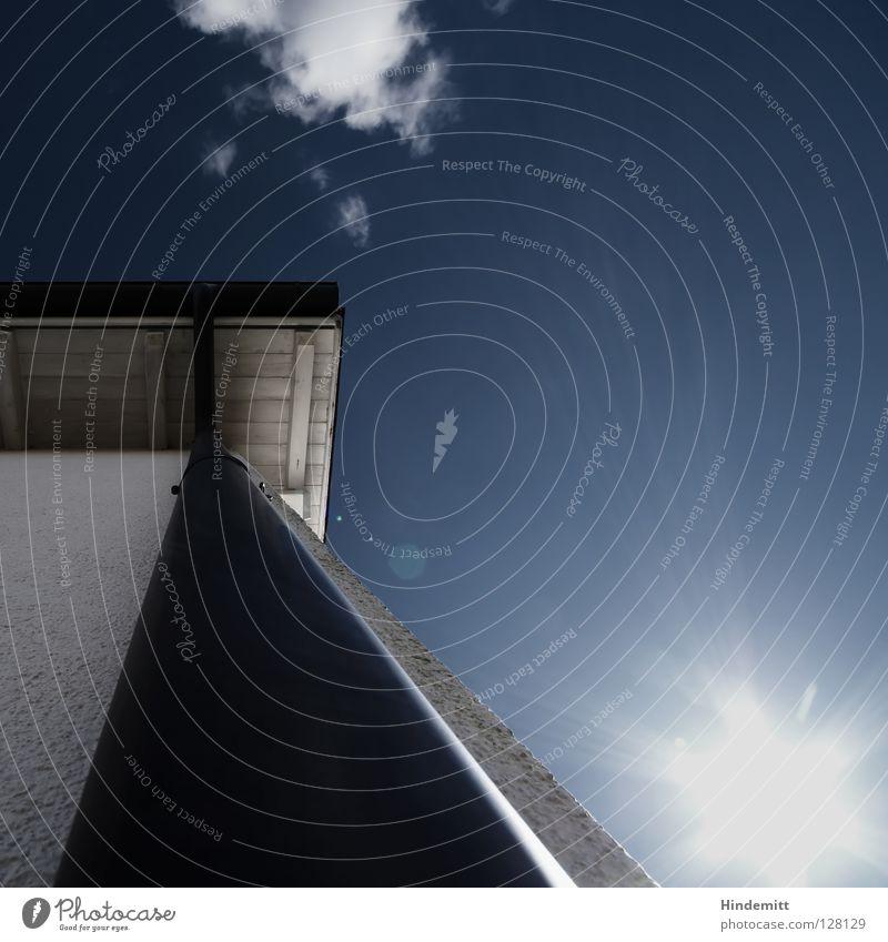 STEIL NACH OBEN Dach Haus Wolken Lichtfleck Wand Putz grau weiß dunkel Abfluss Dachrinne Holz Installationen steil strahlend fantastisch Macht klein winzig