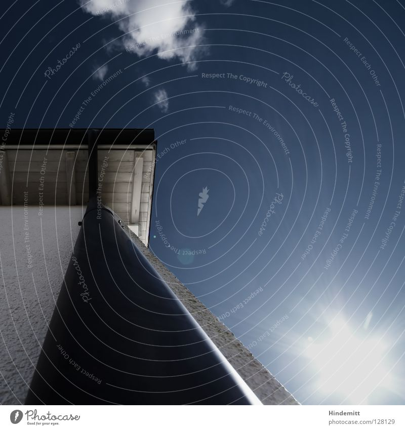 STEIL NACH OBEN Himmel weiß blau Sonne Wolken Ferne Haus Farbe dunkel Wand grau Holz hell klein Beleuchtung hoch