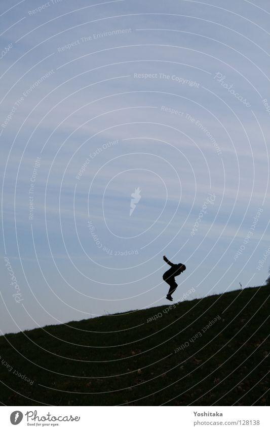 Treppenspringen Frau Mensch blau Freude ruhig Einsamkeit Leben Wiese springen Freiheit Glück fliegen frei Horizont Luftverkehr Rasen