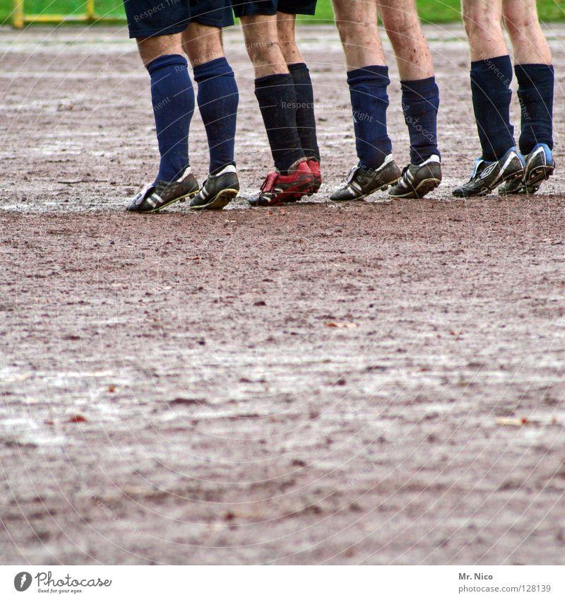 ll ll ll ll Mann grün rot schwarz gelb Wiese Sport grau Beine Regen Schuhe Zusammensein dreckig Haut Fußball Sportmannschaft