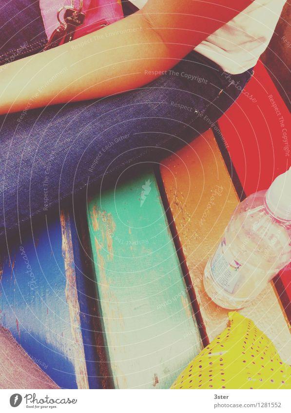 Bunt im Sommer Lifestyle Freizeit & Hobby Kind Haut Arme Beine 1 Mensch 8-13 Jahre Kindheit Lebensfreude Bank Flasche Tüte Farbstoff mehrfarbig Farbfoto