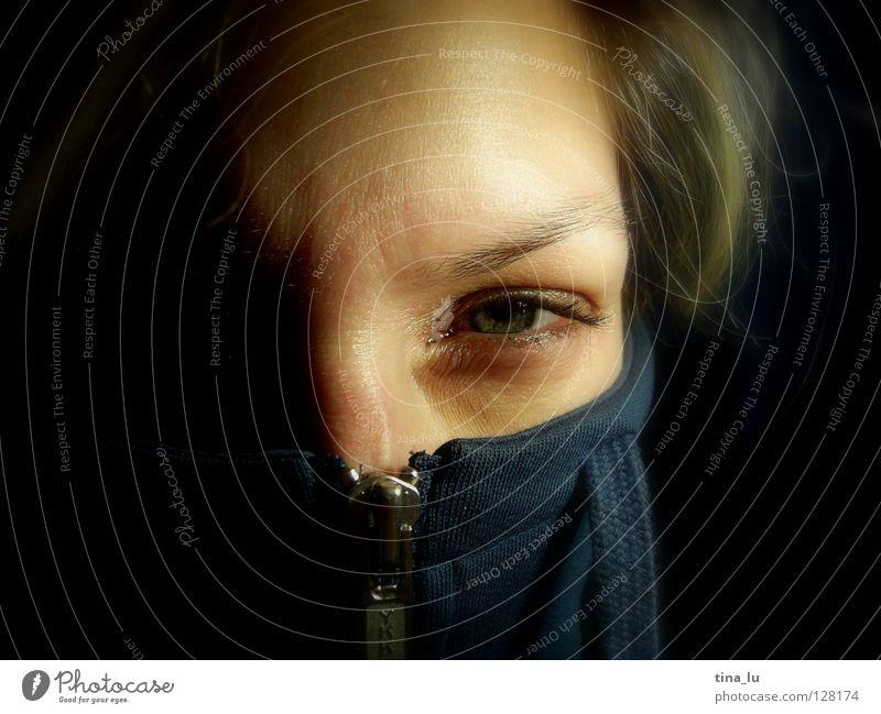 zip I Reißverschluss Jacke Wimpern offen entdecken finden skeptisch Augenbraue bleich nah entkleiden aufmachen erstaunt Überraschung Gefühle Frau Kraft blau