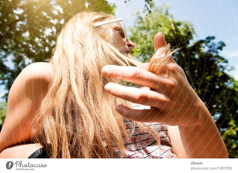 Summerfeeling Lifestyle Stil schön Sommer Sommerurlaub feminin Junge Frau Jugendliche 18-30 Jahre Erwachsene Schönes Wetter Sträucher T-Shirt Sonnenbrille blond