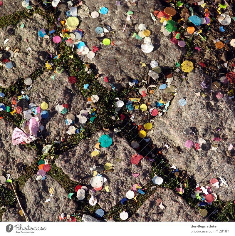 Game over Konfetti treten Jahrmarkt Karnevalszug mehrfarbig zart Vergänglichkeit Granit vergangen grün Aschermittwoch Umweltverschmutzung Bürgersteig Narren