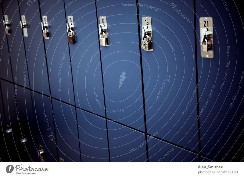 lockers Schrank beweglich Vorhängeschloss Bildung Detailaufnahme Schließfach school Burg oder Schloss blue blau door doors Tür high-school books Schulgebäude