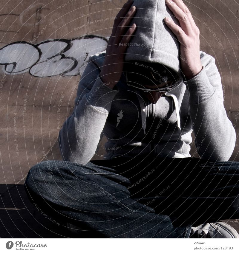 planlos II Holz Holzfußboden Halfpipe Rampe Beton Jugendliche Kapuze Kapuzenpullover Erholung Buchstaben Mann maskulin Sonnenbrille lässig Stil Brille