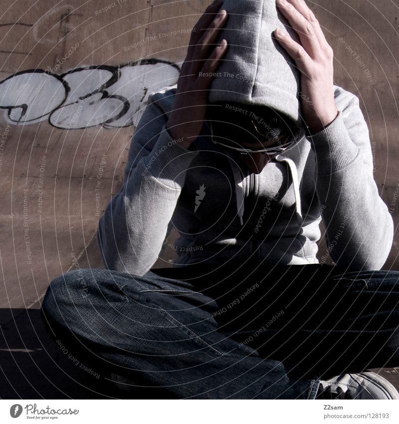 planlos II Mensch Mann Jugendliche Erholung Stil Holz Graffiti Beleuchtung Arme maskulin Schilder & Markierungen Beton sitzen modern Coolness Jeanshose