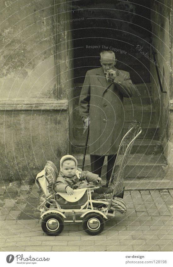 50ies - OPA PORSCHE Kind alt Familie & Verwandtschaft Kindheitserinnerung retro Rauchen Kleinkind historisch Großvater Mantel Großeltern Männlicher Senior Mensch Fünfziger Jahre Kinderwagen Spazierstock