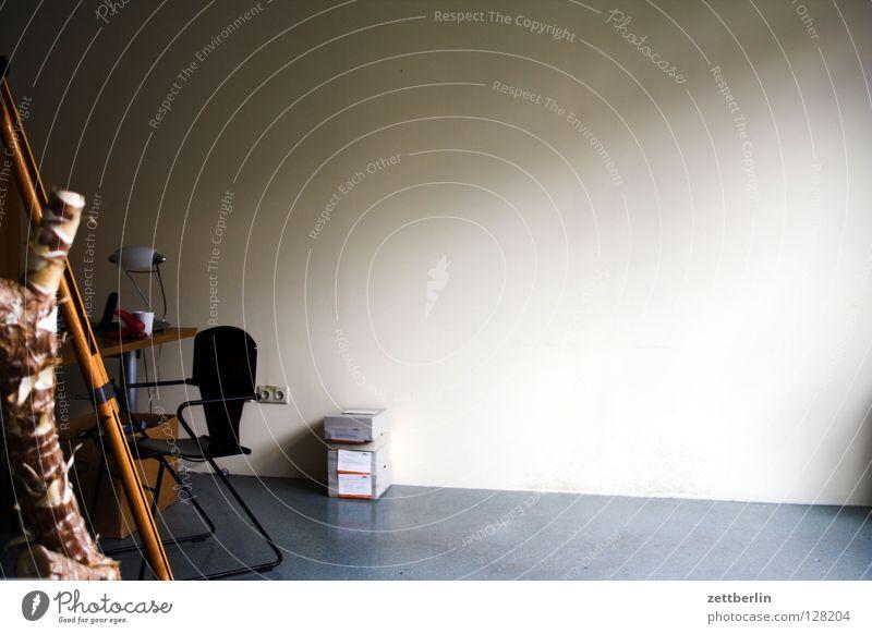 Gleichgewicht... Wand leer Raum Pflanze Zimmerpflanze Stativ Tisch Schreibtischlampe Paket Dienstleistungsgewerbe verfallen Büro umräumen