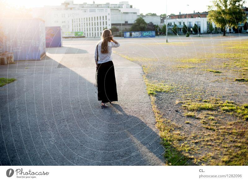 wo ist carlson? Mensch feminin Frau Erwachsene Leben 1 30-45 Jahre Sonnenlicht Sommer Schönes Wetter Platz Wege & Pfade gehen Gelassenheit ruhig
