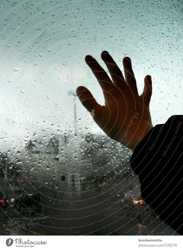 Fernesehnsucht Hand Wasser Stadt Glas Wetter Wassertropfen Finger Jacke Flucht Fensterscheibe Daumen Straßenbahn Glasscheibe gelehrt Schwüle Naturphänomene