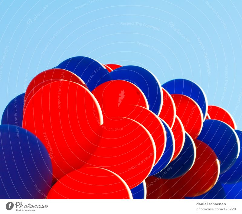 Ballons über Freiburg Teil 2 Luftballon rund Party zyan rot hell-blau Gegenlicht Himmel Freude Dekoration & Verzierung Wetter Kugel usertreffen photocase