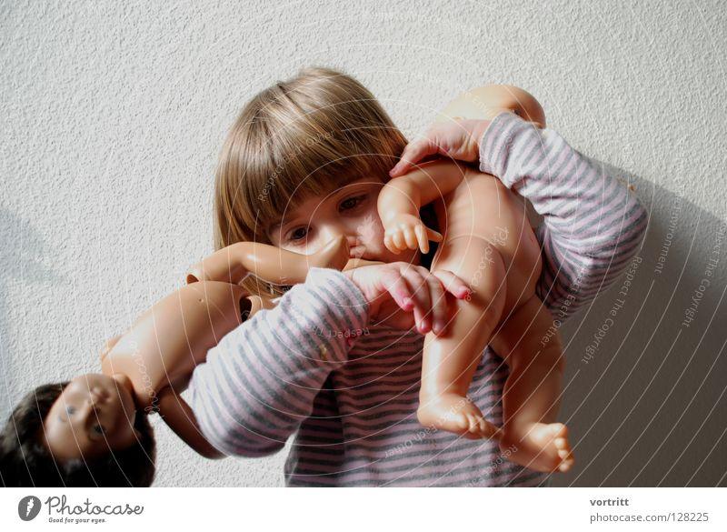 puppentheater I Kind Mädchen dunkel Wand Spielen Haare & Frisuren 2 hell Show festhalten Kleinkind Statue zeigen Versuch gestreift Puppe