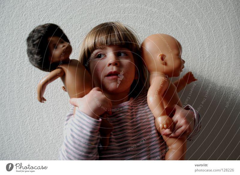 puppentheater II Kind Mädchen dunkel Wand Spielen Haare & Frisuren 2 hell Show festhalten Kleinkind Statue zeigen Versuch gestreift Puppe