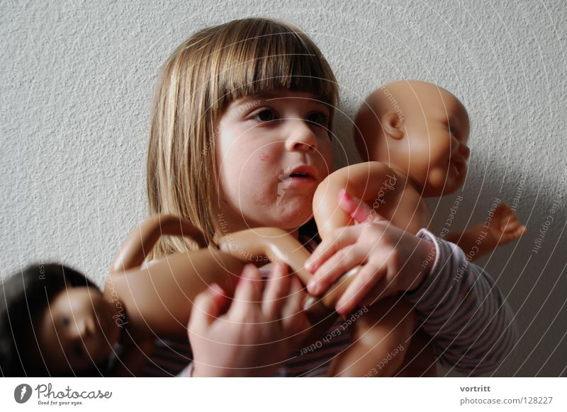 puppentheater III Kind Mädchen dunkel Wand Spielen Haare & Frisuren 2 hell Show festhalten Kleinkind Statue zeigen Versuch gestreift Puppe