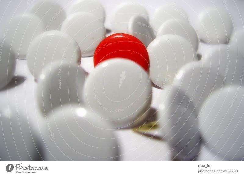 außenseiter weiß rot Einsamkeit einzeln Kommunizieren rund Mitte gefangen König Nadel Haufen Außenseiter Stecknadel Makroaufnahme Schwarzes Brett Reißzwecken
